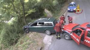Vigili del fuoco Cosenza mettono in sicurezza auto in bilico su scarpata