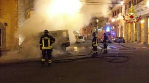 Vigili del fuoco Crotone mentre spengono incendio a furgone