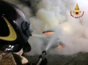 vigili_del_fuoco_auto_in_fiamme_2