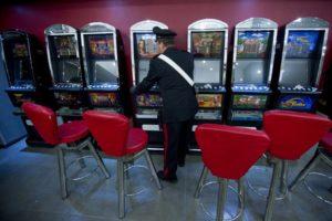 I carabinieri in una grande sala gioco