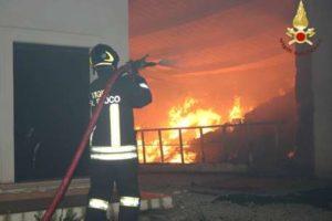 Vigili del fuoco intervengono per spegnere incendio due capannoni ad Isola Capo Rizzuto