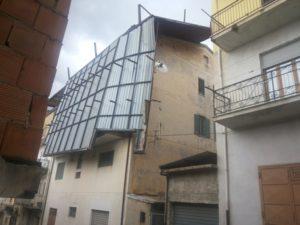 Vento stacca copertura in lamiera abitazione Cassano