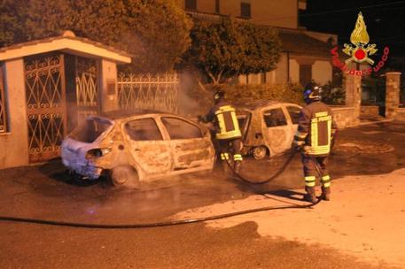 Vigili del fuoco intervengono per l'incendio di due autovetture a Cutro