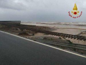Maltempo: esonda torrente, spazzata via ferrovia statale 106