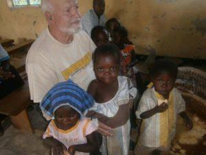 padre paolino tomaino con bambini