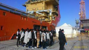 Migranti: nave a Reggio Calabria, 5 casi sospetti malaria