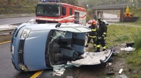 Catanzaro, auto si capovolge, Vvf soccorrono 2 donne