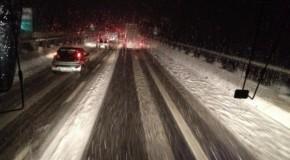 """Neve, notte da incubo sull'A3 Salerno-Reggio Calabria. Il drammatico appello sui social: """"siamo qui da 10 ore, aiutateci"""""""