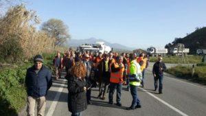 Manifestazione lavoratori presso quadrivio Spezzano Albanese