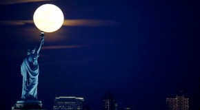 Ny, magica luna piena: si 'accende' la torcia della Statua della Libertà