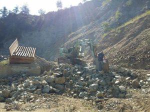 Ambiente: costone montagna a rischio crollo per cava abusiva