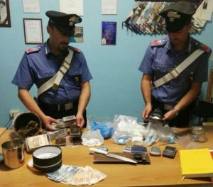 La droga sequestrata dai carabinieri in casa di un presunto spacciatore a Diamante.