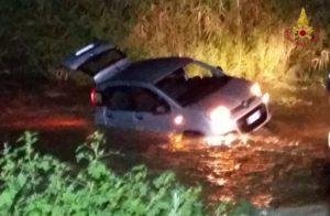 Vigili del fuoco recuperano auto bloccate nel fiume Uria a Sellia Marina