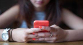 Trova foto hard della figlia 17enne su WhatsApp e scopre un giro di studentesse baby squillo