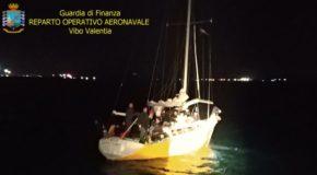 Immigrazione clandestina, fermato veliero con 56 migranti. Arrestati tre scafisti ucraini