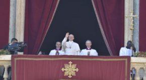 """Urbi et Orbi. Papa Francesco: """"Rendiamo il mondo più umano e più degno dei bambini"""""""